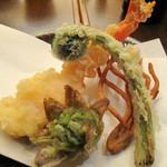 手打ちそばやぶ金 - 【夜】季節の天ぷら。春の先取りです。海老・ふきのとう・こごみ・揚げそば。