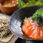 穂高城 - 信州サーモン丼と十割そば小盛のお得なセット 1490円