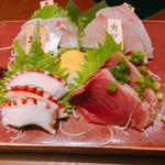 112140784 - 旬の刺身四種盛り合わせ 1480円                       真アジ、タコ、カツオ、カンパチ