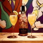 餃子とスパークリング バブルス - かちわりスパークリングワイン・ベリーニ