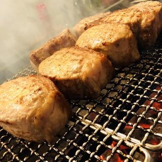 """希少肉""""望来豚""""は80分かけて焼き上げるこだわりの提供方法で"""