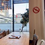 ステーションカフェ バーゼル - 店内からモノレールが見えます