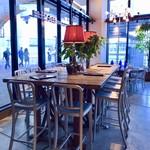 ステーションカフェ バーゼル - 大テーブル