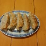 中国ラーメン揚州商人 - 焼き餃子6個(¥390)1個食べました。