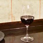 旬采 - 【赤ワイン デキャンタ1/2@1,800円】グラスへ。