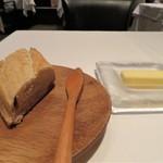 オーグードゥジュール メルヴェイユ 博多 - バゲットは自家製ではなくパン屋さんより仕入れているそうです