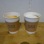 BENCH COFFEE STAND - カプチーノとカフェラテ