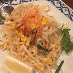 ワルン プアン - パッタイ(タイの代表料理 米麺の焼きそば) 950円