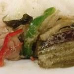 ジャスミン タイ - JASMINE THAI 八重洲店 チキングリーンカレーのチキン・茄子・ピーマン・レッドパプリカ・筍・ココナッツの皮