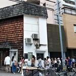 グリル末松 - 店の外観 開店直前はこんな行列