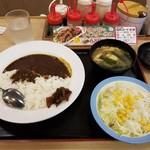 松屋 - 料理写真:カレー、サラダ。