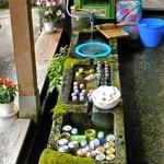 善作茶屋 - 清水を引いた水鉢が並んでいます