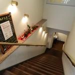 ラ・リヴィエール - 地下のお店へ続く階段