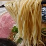 極麺 青二犀 - 「しょうゆらーめん」の麺のアップ