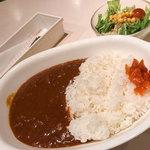 Shouwa - 「照和特製カレーセット」(1,000円)。ランチにはサラダとドリンク付き。