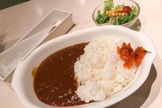 照和 - 「照和特製カレーセット」(1,000円)。ランチにはサラダとドリンク付き。