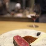LURRA° - ドライエイジした和牛。非常にお肉の旨みが引き出されていて美味。発酵させた黒にんにくが付け合せだが、八丁味噌のような味わいに転化されて、驚きのおいしさ。