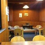 山本屋食堂 - 奥に小上がりもあり