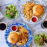 SUNDAY - 一つ一つ手作りのハンバーガーはジューシーで肉汁たっぷり