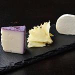 ワイン ビストロ ナチュール - フランス直輸入の3種のチーズの盛り合わせ