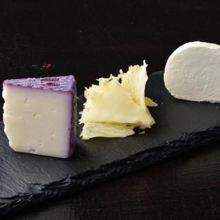 ワインと相性抜群のチーズや一品料理、デザートもご堪能ください