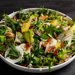フレッシュなサラダや風味豊かな温野菜で、素材の味をご堪能あれ