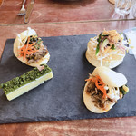 食堂黒猫 - 料理写真:ポークアオバーガーと惣菜月桃タルトのアジアンサラダ添え