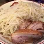 ラーメン豚山 - 小ラーメン¥780。野菜、ニンニクをトッピング。