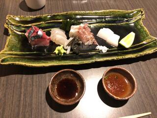 月の木 - 刺身盛り合わせ(塩・ポン酢・醤油の三種の味を楽しめる)