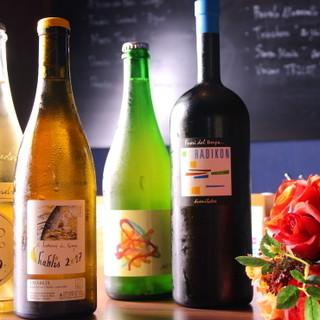自然派ワインは約100本。日本酒やビールもワイングラスで