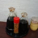 今井食堂 - おっきい方がソース、ちっちゃい方がお醤油