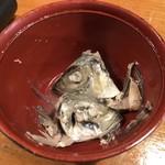 網元料理あさまる - あら汁には地魚の兜が2つ