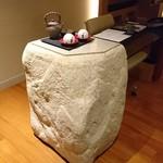 インターコンチネンタルホテル大阪 - なんか面白いオブジェ風の石のチェスト(*^▽^*)