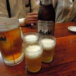 亀戸餃子  - スーパードライ大瓶600円 とウーロンハイ350円