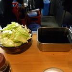 ヨネヤ - 卓上には、山盛りのキャベツとソースの壺