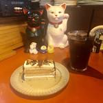 ンケリコ -  ガトーマルジョレーヌとアイスコーヒー カウンターの端っこに鎮座してる招き猫ちゃんも一緒に