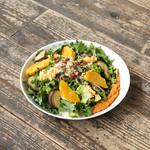 ファブカフェ - ビタミンCの豊富なケールをベースにした「オレンジとキヌアのパワーサラダ
