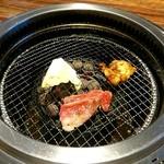 112348698 - 肉を焼いています