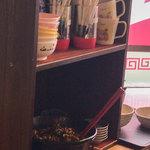 元祖糸島ラーメン 銅鑼 - 辛子高菜は入口スグのトコロに置いてある西谷家方式。