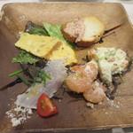 112357210 - フリッタータ、生ハムのパテ、小海老のサラダ、胡桃、平目のレモンマリネ。
