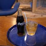 大蛇カフェ ラウンジ - ドリンク写真:コーラとアイスティー