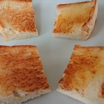 純生食パン工房 ハレパン - 左・トースト、右・トーストしてバター。