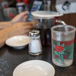 花水ラオシャン - 花水ラオシャン本店といえば、この花柄コップ。多分グラス酒の容器再利用ですね。