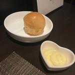 112375132 - 自家製パンと蜂蜜入りのバター