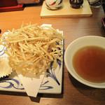 讃岐うどん薫 - 細切りごぼう天うどん520円。うどんと別に供された細切りごぼう天ぷら。