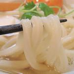 讃岐うどん薫 - 温かくても、結構コシがある讃岐うどん。うどんとつゆだけでも十分美味しいです。