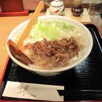 讃岐うどん薫 - 肉うどん680円。お肉は作り置きではなく、注文後お鍋でタレと共に炒り煮する手間をかけたものです。
