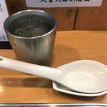 Oomiyataishouken - お冷のタンブラーとレンゲ レンゲは半割り卵が2つ分のる位の大きさです