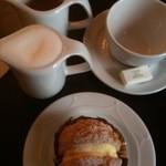 カフェドゥラプレス - 記者たちのカフェ+シュークリーム