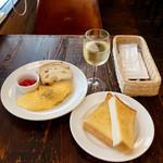112428998 - チーズ入りオムレツ500円、バタートースト250円、サンアントニオ白グラス600円